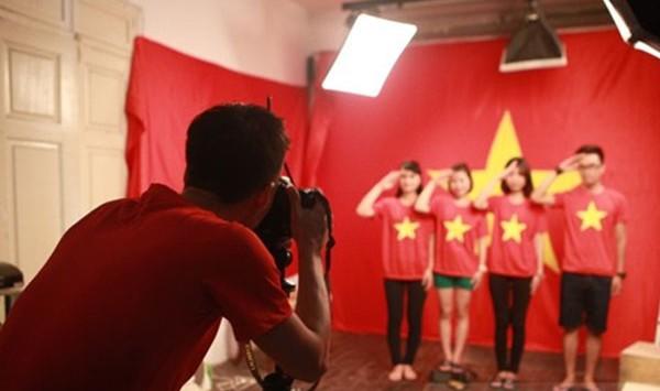Chụp ảnh với áo cờ đỏ sao vàng