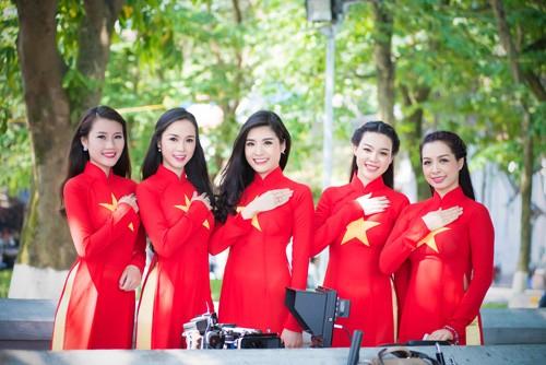 Ngôi sao mặc áo cờ đỏ sao vàng đẹp rạng rỡ